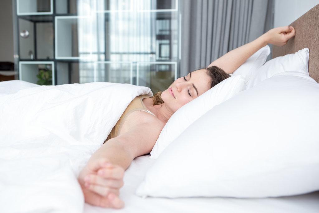 szczęśliwa kobieta w łóżku