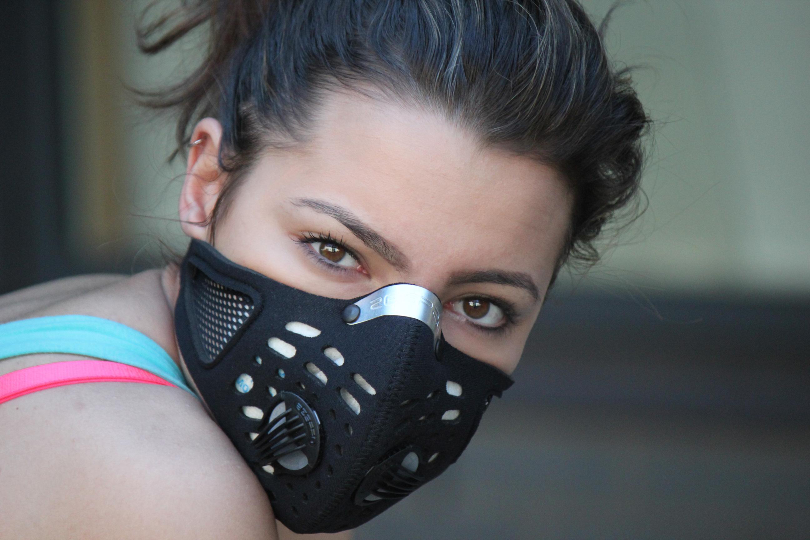 kobieta w masce antysmogowej